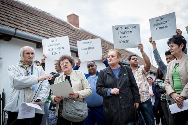 Tiltakozók Átányban