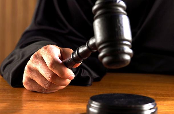 Elsőfokú ítélet a szomszédot megverő és a kerítését megrongáló vádlottak ügyében