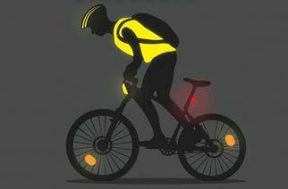 A rendőrök segítik a kerékpárosokat a megvilágosodásban